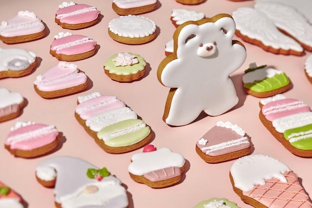 クリスマスのクッキーの中で砂糖のアイシングとジンジャーブレッドの白いクマ