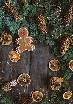 Gingerbread люди кладя на деревянную предпосылку.