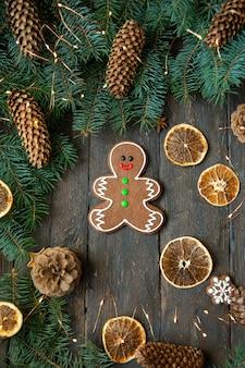 Gingerbread люди кладя на деревянную предпосылку. рождественская или новогодняя композиция.