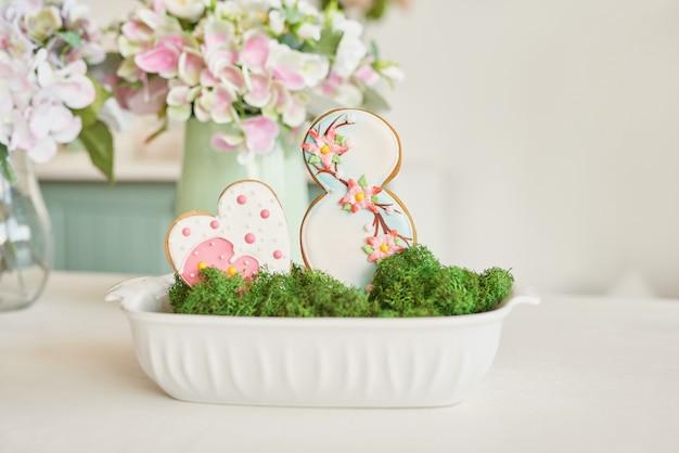 Пряники на 8 марта на светлой кухне с цветами