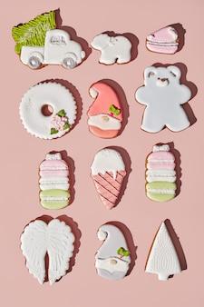 Пряники разной формы с сахарной глазурью на розоватом фоне