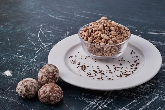 小麦のポップコーンが置かれたジンジャーブレッド。