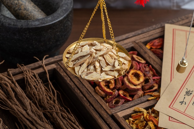 Женьшень лайчи и мармелад в деревянной тарелке