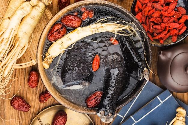 약으로 인삼과 검은 닭 수프 치킨 수프 음식