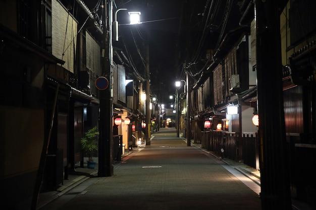 選択的な焦点とぼかしを備えた夜の京都の祇園通りの散歩