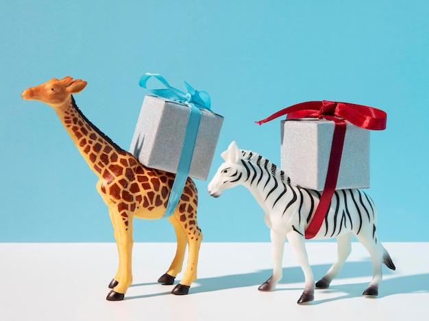 선물을 들고 기린과 얼룩말 장난감