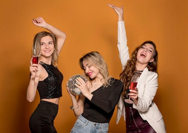 Подружки с напитками