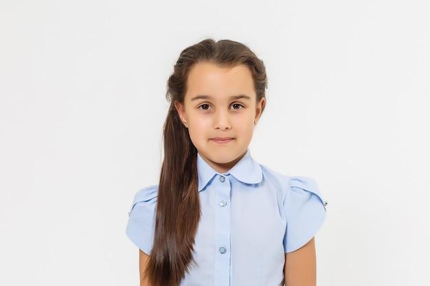 7歳の女の子は白い背景です