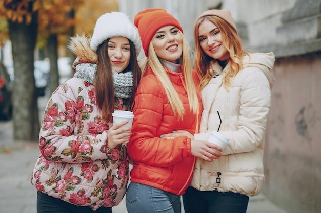 Девушка для взрослых три женщины ходить