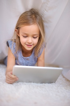 디지털 태블릿에 애정 어린 소녀