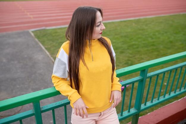 빈 경기장에 혼자 있는 소녀. 어떤 목적을 위해