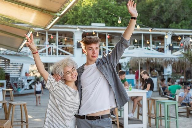 Девочка и мальчик празднуют конец карантина