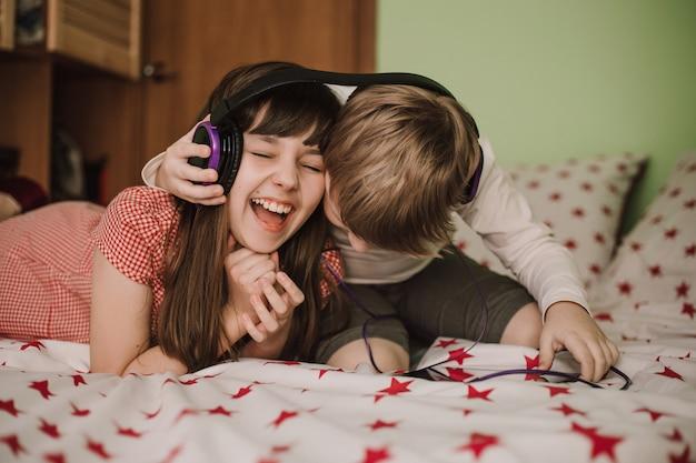 Девочка и мальчик слушают музыку в наушниках