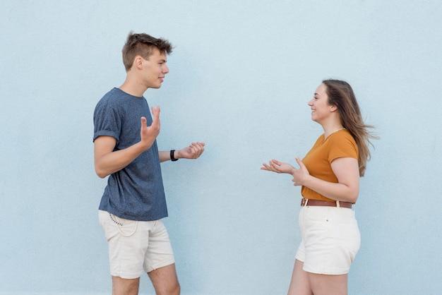 Девочка и мальчик разговаривают после окончания карантина