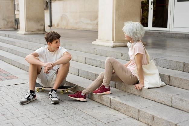 Девочка и мальчик разговаривают на улице после окончания карантина