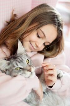 Девушка и кошка обнимаются
