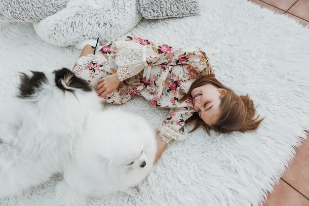 Девочка и милые белые щенки