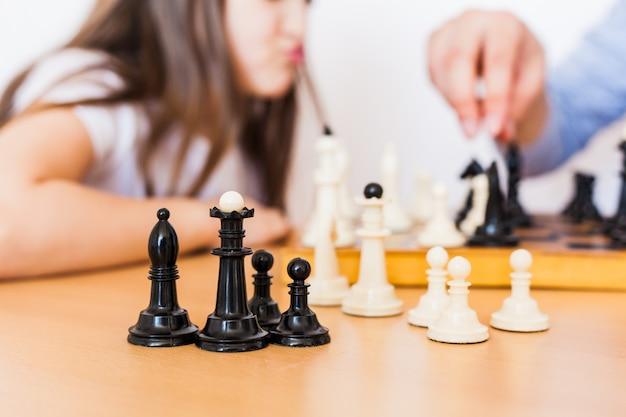소녀와 아빠는 집에서 게임을하고, 체스, 뇌 발달을위한 퍼즐, 정신 지능