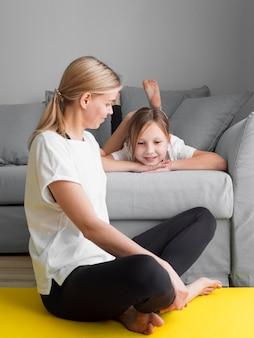 Девушка с мамой