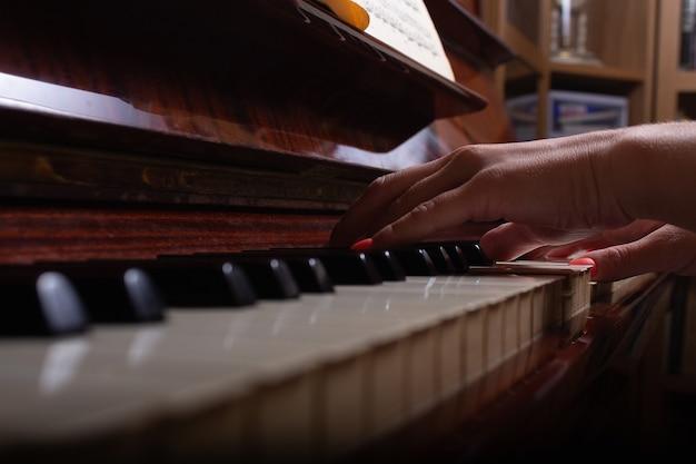 Девушка и пианино дома выборочный фокус