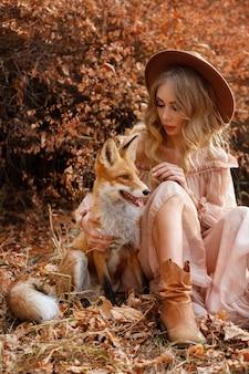 Девушка и дикая лиса падают