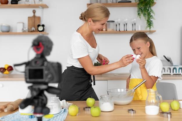 계란을 안고 있는 소녀와 여성 미디엄 샷