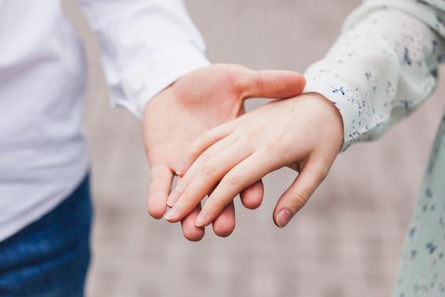女の子と若い男、日付、コミュニケーション、ギフト、笑顔、ファーストキス、家族、友人との出会い