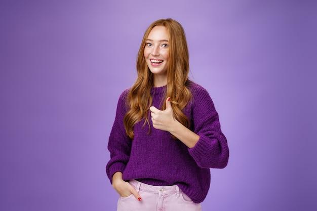 Девушка одобряет большие усилия коллеги подбадривать и поддерживать. дружелюбная привлекательная милая рыжая женщина широко улыбается, взволнованно показывает большие пальцы в знак лайка и положительно реагирует.