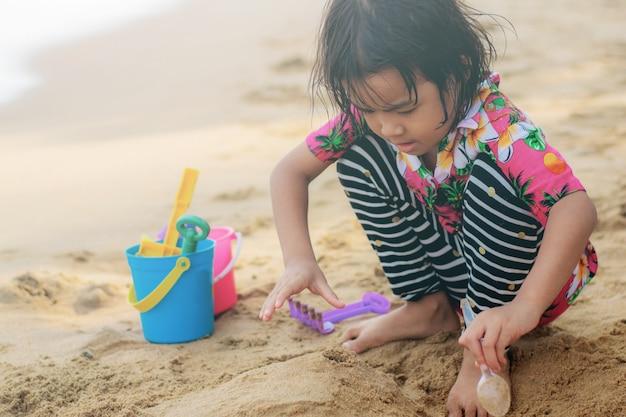 Девочка играет в игрушку.