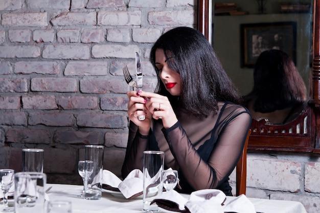 레스토랑 테이블에 여자
