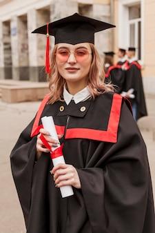 Девушка на выпускной с дипломом