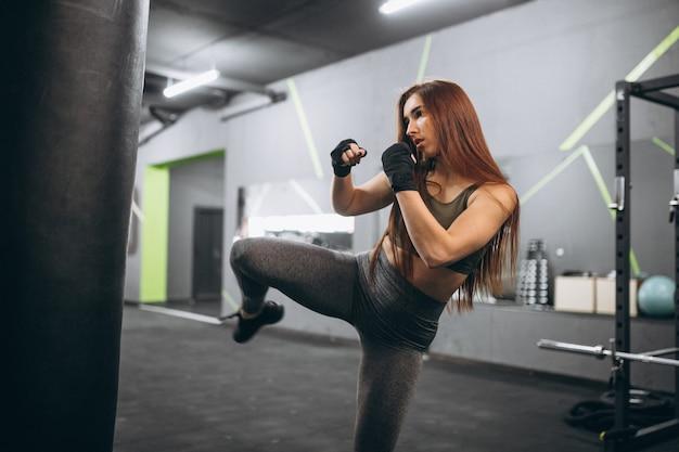 체육관 권투에서 여자