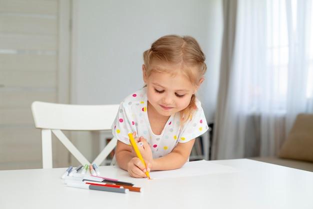 家庭での女の子の描画