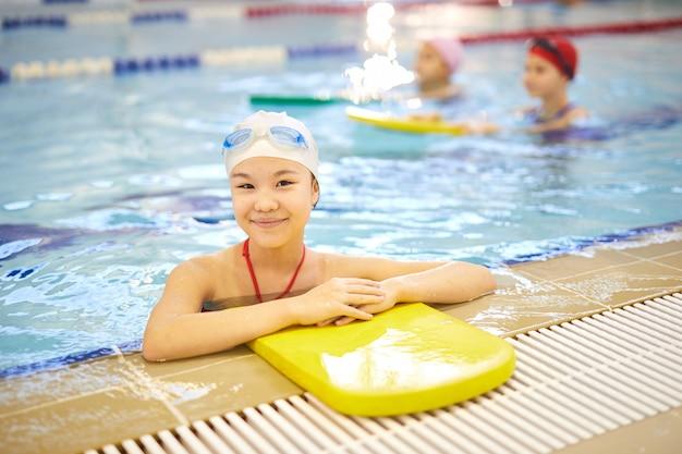 Девушка на уроке плавания