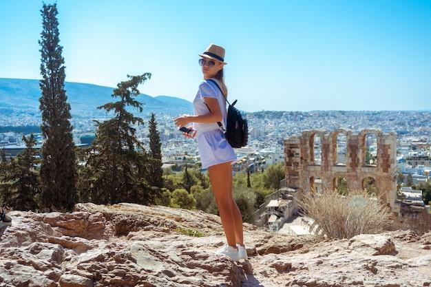고대 그리스 유적에서 소녀