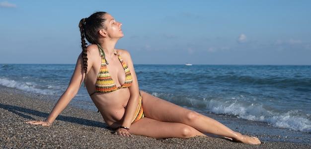 이탈리아의 자연 해변 cala di forno에서 소녀. 고품질 사진