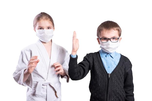 여자 운동 선수는 마스크를 쓰고 남학생 소년을 껴안습니다. 흰색 배경에 고립. 고품질 사진