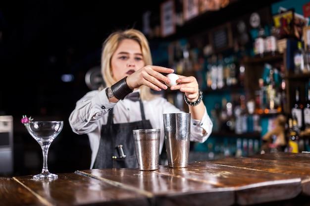 Бармен девушка готовит коктейль в пивной