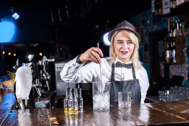 Девушка-бармен делает коктейль в публичном доме