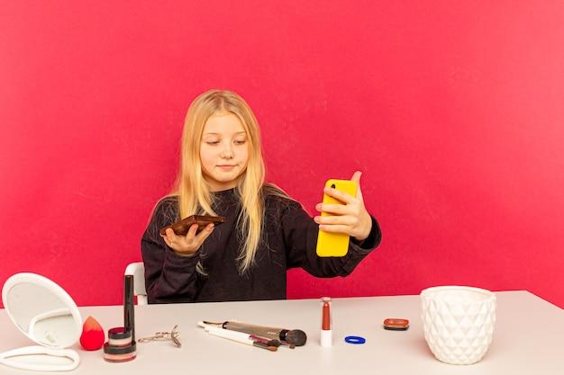 소녀 뷰티 블로거. 금발 십 대 카메라에 포즈와 동영상 블로그 만들기.