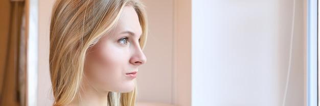 Девушка в салоне красоты перед процедурой перманентного макияжа. красивая блондинка девушка задумчиво смотрится. выбор идеальной формы бровей и подбор цвета. нежный и натуральный декоративный макияж