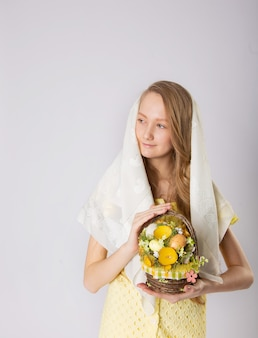 Девушка перед пасхой готовится к празднику