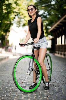 Ragazza su una bicicletta