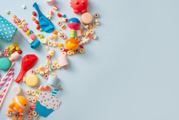 소녀 생일 장식. 머핀, 음료 및 파티 도구와 함께 위에서 파란색 테이블 설정.