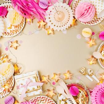 女の子の誕生日の装飾。自由なテキストスペースで上からピンクのテーブルセッティング。フラットレイ、上面図