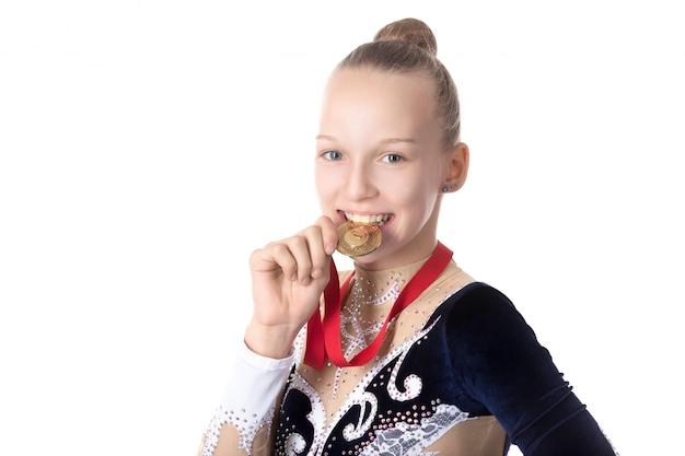 女の子がメダルをかみます