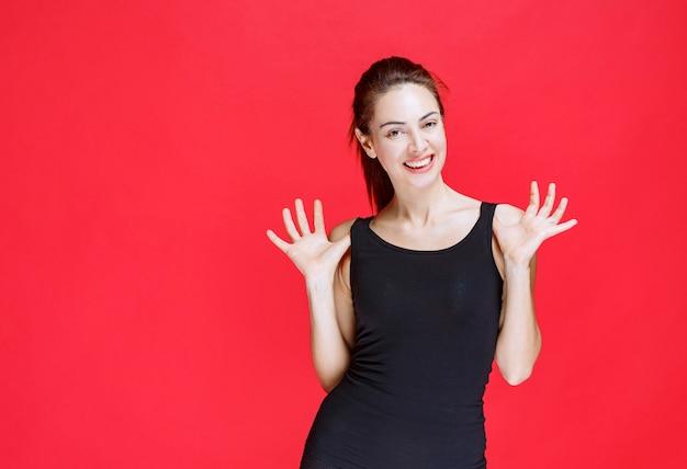 Ragazza in camicia nera che ride ad alta voce come una sciocca. foto di alta qualità