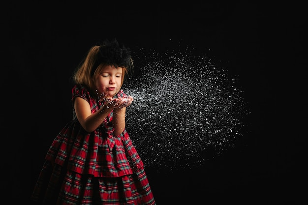 手から雪を吹く少女