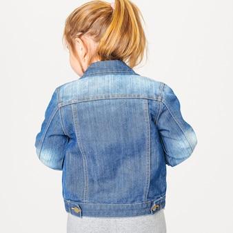 Ragazza in giacca di jeans blu