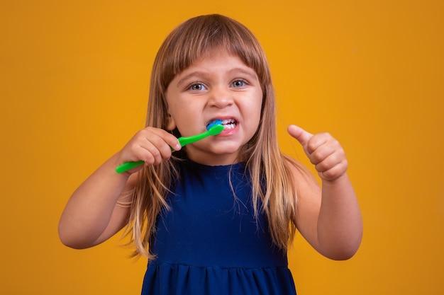 Девушка чистит зубы и пальцы вверх